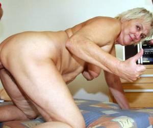 La abuela le hace una increible mamada de polla al nieto
